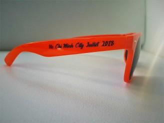 lunettes personnalisees avec un marquage direct sur les verres et une branche